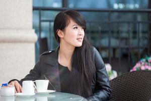 mooie jonge vrouw drinkt koffie