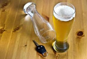 alcohol drinken en rijden concept foto