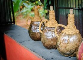 oude houten vaten voor drankjes foto