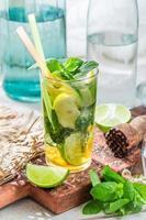 zoete zomer drankje in glas foto