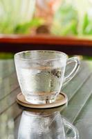 glas koel drinkwater. foto