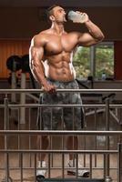 bodybuilder drinkwater uit shaker foto