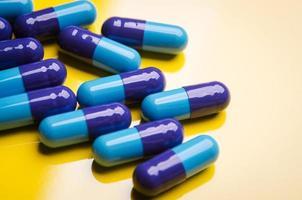 blauwe medische capsule foto