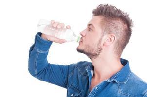 knap mannelijk model drinkwater foto