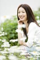 vrouw omringd door bloemen foto