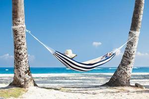 vrouw in hangmat op het strand