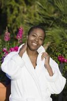 vrouw in badjas met behulp van mobiele telefoon foto