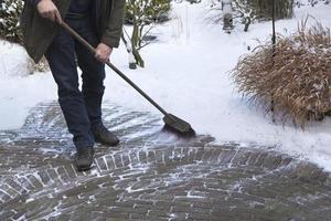 sneeuw schoonmaken in de achtertuin foto