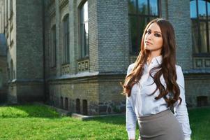 jonge vrouw in formele kleding foto
