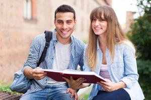 studenten lezen van een boek foto