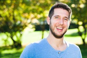 jonge man heeft plezier in park foto