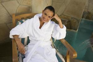 vrouw ontspannen bij het zwembad foto