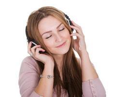jonge vrouw die aan muziek luistert foto