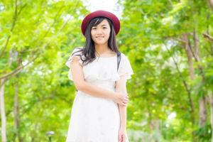 portret mooie Aziatische vrouw die in park loopt foto