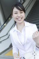 jonge vrouw, gekleed in wit pak foto