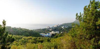 panorama van de kust van Aloesjta. professor hoek. foto