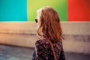 jonge vrouw die in de straat loopt foto