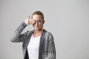 jonge vrouw die van achter hand gluren foto