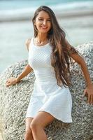 mooie brunette portret op strand foto