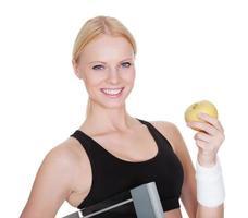 fitness vrouw met gewichten en appel foto