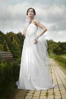 jonge mooie bruid buitenshuis