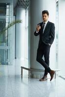 zakenman met behulp van mobiele telefoon foto