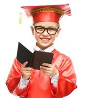 schattige jongen houdt boek foto