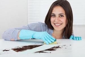 hand schoonmaak vuil op tafel met spons foto