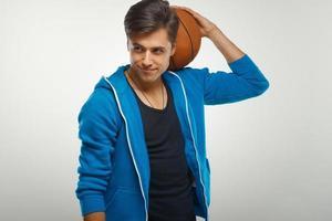 basketbalspeler met bal tegen witte achtergrond foto
