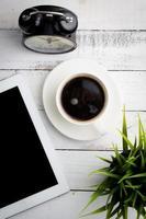 bovenaanzicht van koffie op kantoor tafel foto