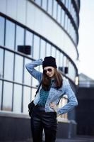 schattige brunette tiener meisje in hoed, student buiten foto