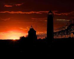 licht huis terug verlicht door zonsondergang foto