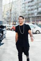 jonge knappe Italiaanse jongen wandelen in de stad foto