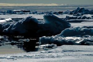 verlichte blauwe ijsberg in de Noordelijke IJszee