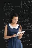 Vietnamese student met digitale tablet foto