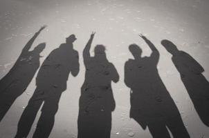 schaduwen op het zandstrand zwart en wit foto