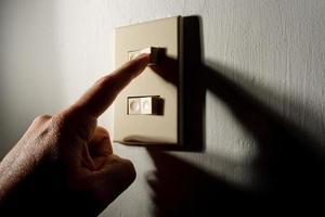 hand die de lichten aandoet foto