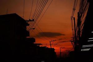 silhouet van elektriciteitspost foto