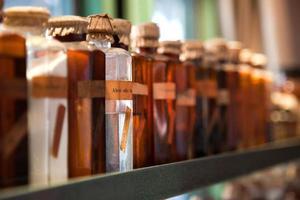 oude glazen flessen met drankje en medicijnen foto