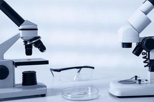 laboratorium microscoop lens. moderne microscopen in een laboratorium foto