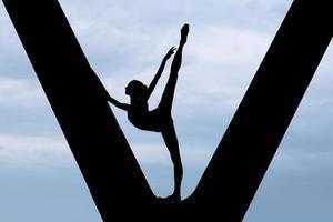 silhouet van een sierlijke ballerina foto
