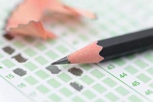 gevuld antwoordblad focus op potlood foto