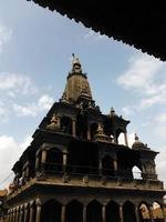 silhouet van een tempel met een stoepa in patan foto