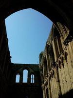 abdij van Glastonbury met achtergrondverlichting foto
