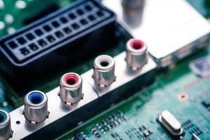 close-up op RCA-aansluitingen op printplaat.