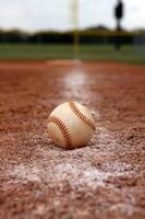 honkbal op krijtlijn van de lopende baan foto