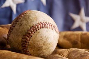vintage honkbal en handschoen foto