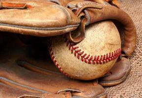 oude honkbal en handschoen foto