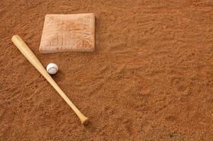 honkbal en vleermuis nabij het tweede honk foto