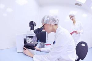 wetenschappers die werken in het laboratorium foto